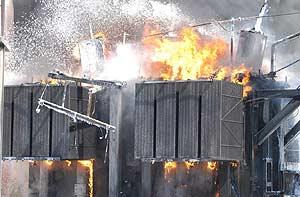 Imagen del transformador en llamas en Calviá. (Foto: EFE)