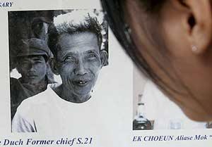 Una camboyana observa el retrato de Kang Kech Ieu, 'Duch'. (Foto: EFE)