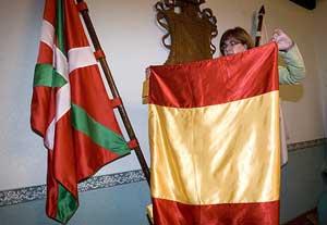 Regina Otaola, alcaldesa de la localidad guipuzcoana de Lizartza coloca la bandera española en el Salón de Plenos de Ayuntamiento. (Foto: Iñaki Andrés)