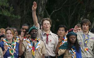 Varios jóvenes hacen el saludo mientras renuevan la promesa scout en Brownsea. (Foto: AFP)
