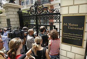 Medios de comunicación agolpados junto a la sede de la Mutua Universal en Barcelona. (Foto: EFE)