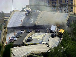 Varios coches atrapados en la carretera. (Foto: AP)