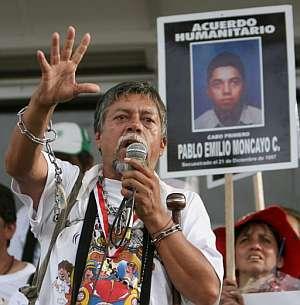 Moncayo habla junto a la fotografía de su hijo ante una multitud en la Plaza de Bolívar. (Foto: EFE)