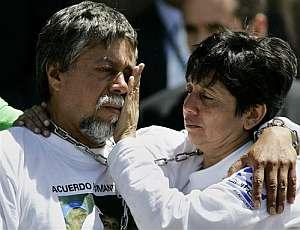 María Estela, hija del profesor, seca las lágrimas de su padre. (Foto: AP)