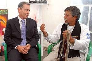 Moncayo se dirige al presidente colombiano durante su reunión en la carpa. (Foto: AP)
