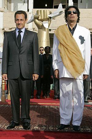 El presidente francés, Nicolas Sarkozy, junto al líder libio Moammar Gadhafi. (Foto: AFP