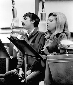 Lee Hazlewood junto a Nancy Sinatra en el estudio de grabación. (Foto: AP)