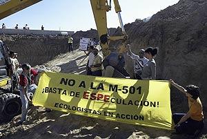 Miembros de Ecologistas en Acción protestan por la tala de encinas por el desdoblamiento de la M-501. (Julián Jaen)