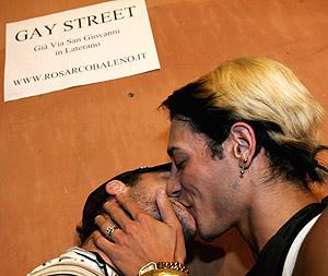 Una pareja de homosexuales se besa en la calle llamada 'calle gay' en el centro de Roma. (Foto: EFE)