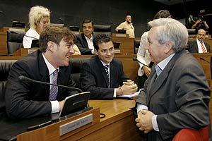 El portavoz del PSN, Roberto Jiménez (izq.), conversando con el cabeza de lista de Nafarroa Bai, Patxi Zabaleta, ayer, en el Parlamento navarro. (Foto: EFE)
