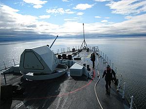 Un barco militar canadiense, durante unas maniobras en el Ártico. (Foto: AFP)