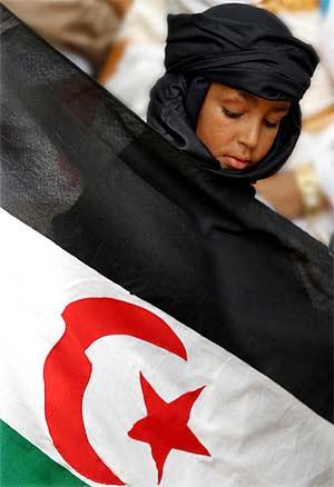 Una saharaui protesta en favor de un referéndum en 2004. (Foto: Antón Meres)
