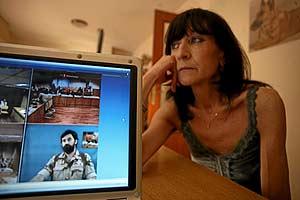La funcionaria Isabel Barrio, junto a una grabación del juicio en la Audiencia, en la que se ve, con barba, al espía Juan Garrote. (Foto: Kike Para)