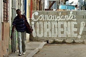 Un hombre camina junto a un cartel alusivo al presidente cubano Fidel Castro. (Foto: EFE)