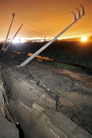 Varios postes eléctricos caídos tras el seísmo. (Foto: AFP)