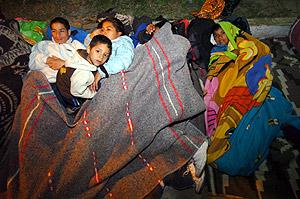 Una familia duerme a la intemperie tras ser desalojados de su casa. (Foto: AP)