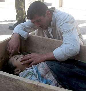 Un hombre llora sobre el cadáver de su hijo en la ciudad de Baquba, al este de Bagdad. (Foto: EFE)