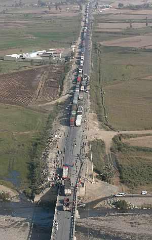 Vista aérea de la carretera Panamericana Sur cerca de Pisco, en la que se puede observar la congestión y los daños provocados por el seísmo. (Foto: EFE)
