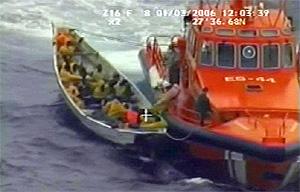 Imagen del rescate de un grupo de inmigrantes en una patera por parte de Salvamento Marítimo. (Foto: Salvamento Marítimo)