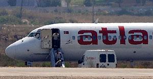 Pasajeros, abandonando el avión secuestrado en el aeropuerto de Antalya. (Foto: AP)