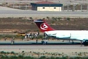 Pasajeros del avión, abandonando el avión. (Foto: AP)