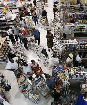 Vecinos de Jamaica compran provisiones ante la llegada de 'Dean'. (Foto: REUTERS)
