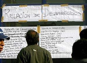 Lista de desaparecidos puesta en una calle de Pisco por las autoridades. (Foto: AFP)