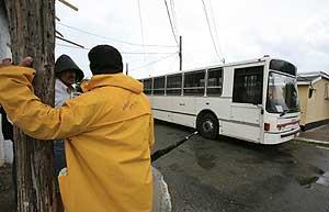 El Gobierno ha habilitado autobuses para la evacuación, pero la mayoría de la gente se está negando a abandonar sus hogares. (Foto: EFE)