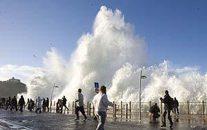 Olas de un temporal golpean el Paseo Nuevo de San Sebastián (EL MUNDO)