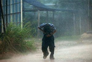 Un joven mexicano camina entre la lluvia en una calle de Chetumal, estado de Quintana Roo. (Foto: EFE)