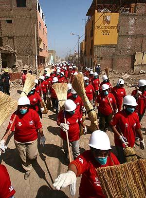 La brigada 'Construyendo Perú', ayer, dispuestos a limpiar Pisco. (Foto: AFP)