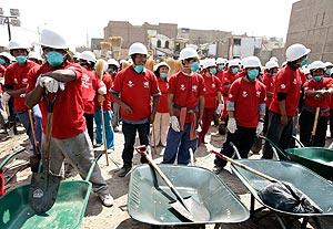 Otra imagen de la brigada 'Construyendo Perú' en Pisco. (Foto: AFP)