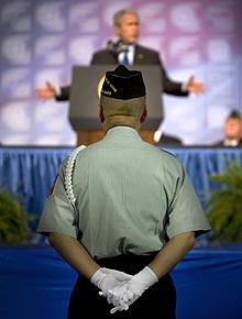 Un veterano escucha a Bush en Kansas City. (Foto: AFP)
