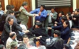 Diputados bolivianos se enfrentan en el Congreso. (Foto: AP)