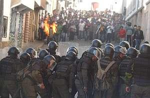 Manifestantes y policías forman dos frentes en la ciudad de Sucre. (Foto: EFE)