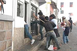 Un grupo de manifestantes ataca una casa en Sucre. (Foto: EFE)