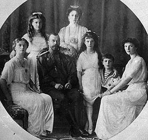Imagen de archivo del zar Nicolás II y la zarina Alexandra, rodeados de sus hijos. (Foto: AP)