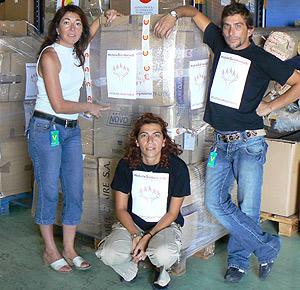 Personal de Hoteles Solidarios con el material enviado a Perú. (Foto: Hoteles Solidarios)