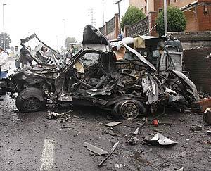 La furgoneta explosionada junto a la casa cuartel de la Guardia Civil. (Foto: EFE)