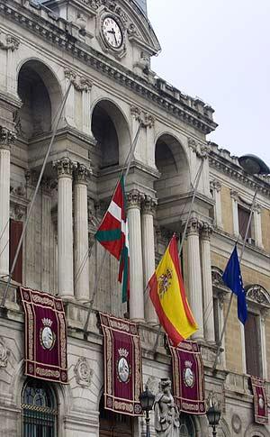 La banderas permanecieron apenas 20 minutos izadas. (Foto: Iñaki Andres)