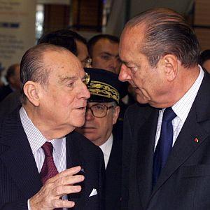 Barre charla con Jacques Chirac durante un encuentro en Lyon, en 2001. (Foto: AFP)