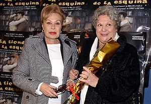 Genma Cuervo y Emma Penella, en el estreno teatral de la obra 'La tienda de la esquina'. (Foto: Jaime Villanueva)