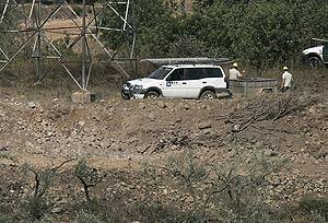 Socavón que dejó la explosión en el campo de olivos. (Foto: EFE)