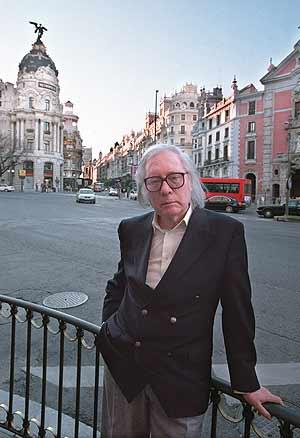 Francisco Umbral posa en una de las calles más emblemáticas de Madrid. (Foto: Javi Martínez)