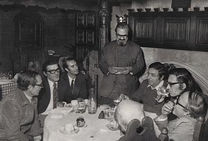 Francisco Umbral (segundo por la derecha), en una tertulia. De izquierda a derecha, Miguel Delibes, Regidor, De la Torre, González, Francisco Umbral y J. Lozano; Emilio Salcedo, en el centro.