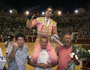 José Tomás sale a hombros de la plaza al término de su faena en Almería. (Foto: REUTERS)