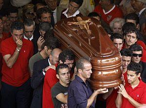 Jugadores del Sevilla portan el féretro de Antonio Puerta. (Foto: AFP)