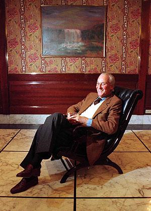 José Luis de Vilallonga posa tras una entrevista en 1997. (Foto: IÑAKI ANDRES)