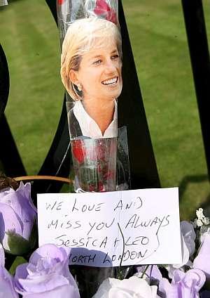 Una de las flores y notas de recuerdo en memoria de la princesa Diana de Gales, en el palacio de Kensington. (Foto: EFE)