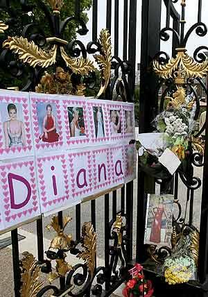 Fotos y notas en las puertas del Palacio Kensington, donde se celebró la vigilia. (Foto: EFE)